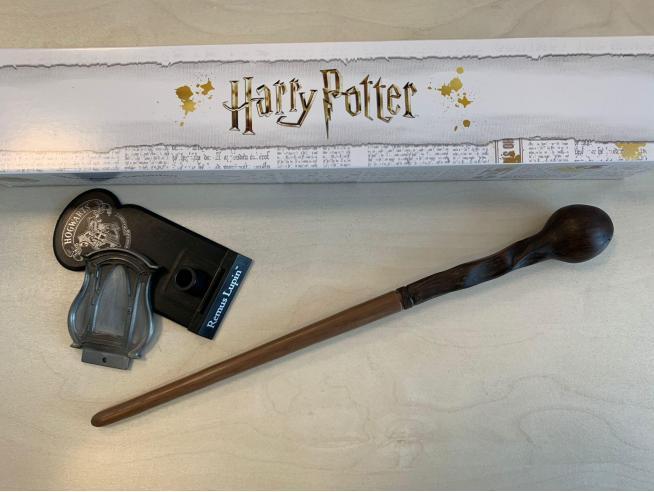 Harry Potter Bacchetta Magica Professor Remus Lupin + Piedistallo Noble Collection
